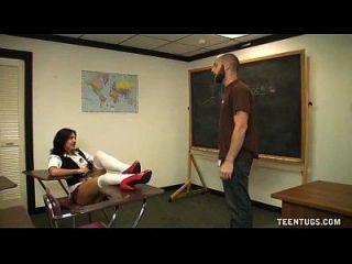女学生离开了老师