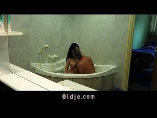令人讨厌的女孩让老人在浴缸里感到很舒服