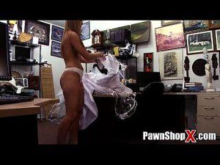 绝望的新娘卖她的衣服和屁股快速现金在典当店xp14512高清