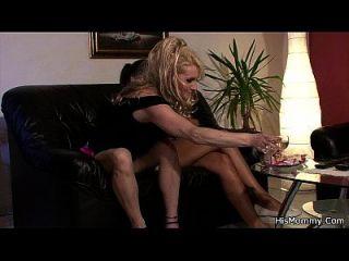 他的gf和妈妈开始带有绑带的lezzy游戏
