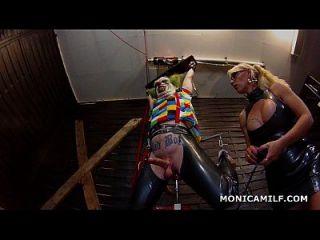肮脏的挪威monicamilf将肮脏的小丑倒挂