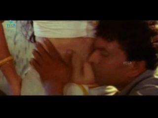年轻的印度女孩被一个男孩在床上诱惑