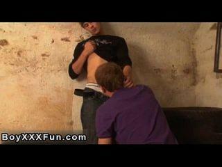 同性恋公鸡erik从他的裤子拉起路易丝的肥皂