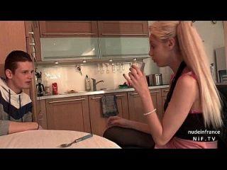 漂亮的业余法国青少年被她的男朋友困扰