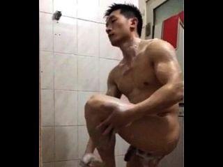 英俊的中国警察洗澡