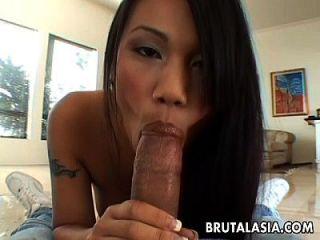 泰国亚洲人在她的屁股上有一个双层甲板