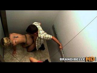 随着夫妇他妈的,白兰地被困在电梯里