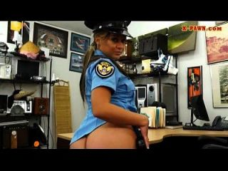 大山雀警察用典当守门员让她颤抖