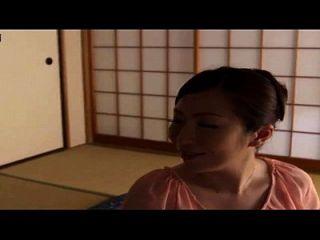 关于一个日本妈妈的故事与儿子和他的朋友在家里,自制的hiden凸轮