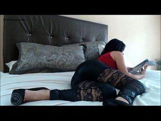 女孩在床上撕开屁股