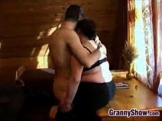 胖胖的奶奶在她身上得到一些鸡巴