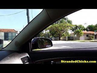 业余的搭便车的青少年他妈的在车上
