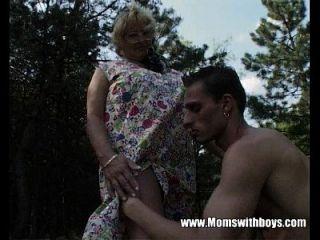 角质的奶奶他妈的一个年轻的小伙子在树林里