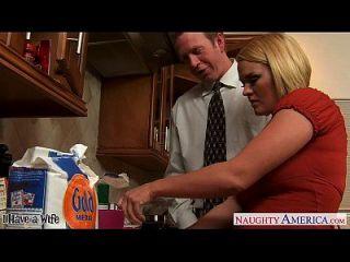 胸前的妻子krissy lynn咕咕咕咕在厨房里