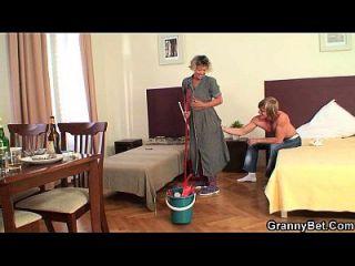 清洁成熟的女人骑着他的硬肉