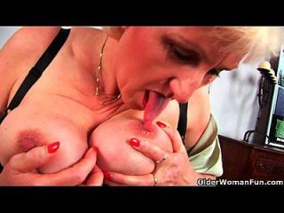 奶奶安娜与她的大山雀手指他妈的她甜美成熟的阴部