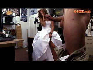 新娘要穿着她的婚纱礼服,被典当的人钉住