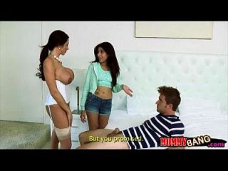 苗条的青少年抓住了胸闷的米尔夫诱惑她的男人在卧室里