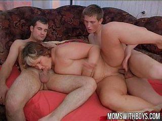 淘气的男孩在睡觉时打扰了他们的继母