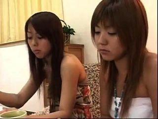 2日本女同性恋者吃蛋糕和亲吻