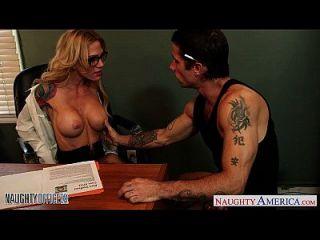 纹身的金发女郎莎拉杰西他妈的在办公室