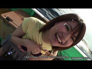 亚洲人正在玩她的玩具和她的。子