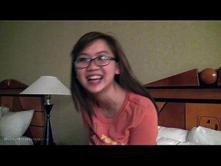 可爱的亚洲女朋友手指在眼镜