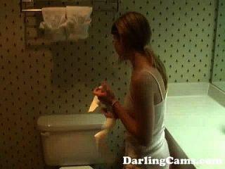 年轻的18yo青少年手淫在酒店浴室darlingcams.com