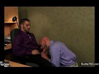 强奸的同性恋者在办公室里磕碰