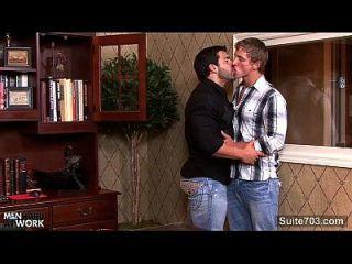 大笨蛋的同性恋者在办公室里遇到了屁股