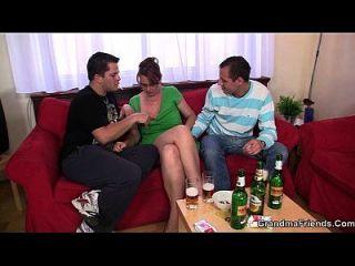 热的3some与成熟的小鸡后几杯啤酒