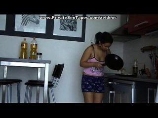 裸体夫妇在厨房里发生性关系并达到高潮