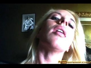 金发青少年女孩与一个大黑鸡鸡的种族间色情行动
