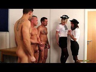 警察女人脸上有三个负担