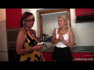 热的成熟和青少年女同性恋场面在厨房