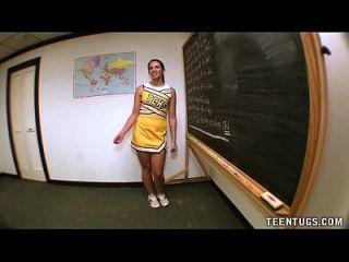 青少年学生从她的老师身上跳了起来
