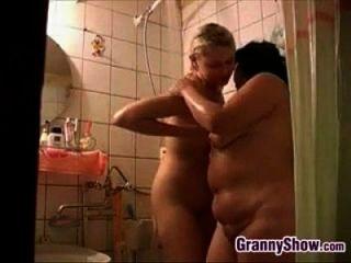 奶奶和一个可爱的女孩在淋浴