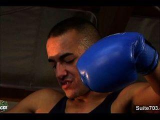 同性恋拳击家伙在健身房做爱