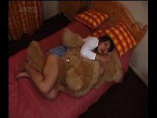 日本女孩哼着一只泰迪熊