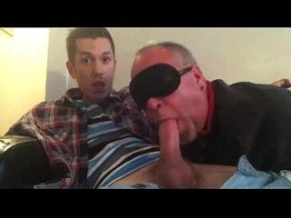 同性恋爸爸吮吸他的twink家伙