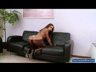 大胸部拖着她在沙发上的巨大的硬公鸡