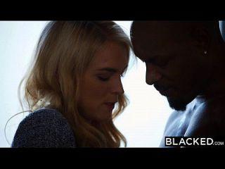 黑色的凯拉妮可带她的第一个大黑公鸡
