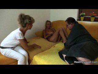 裸体金发女郎涉及家庭3人
