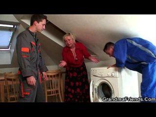 淘气的奶奶喜欢两个修理工