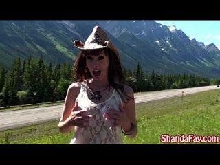 恶心的加拿大米尔兰大饥荒在外面打击搭便车徒步旅行者!