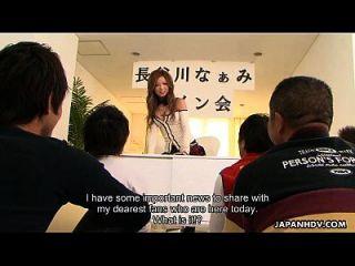 亚洲色情明星被她的两个粉丝穿透