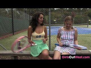 热女性网球沙发舔她可爱的女同性恋实习生