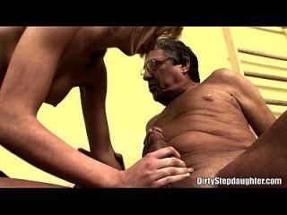 坚定的乳房金发青少年继母他妈的由stepdad