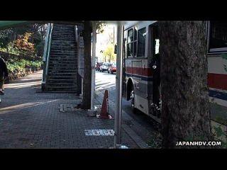 被劫持的巴士上的亚洲青少年被歼灭