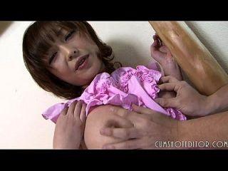 顺从的日本女仆在她无辜的脸上胖胖